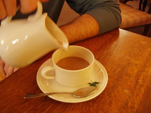 Un homme verse une tasse de chocolat chaud